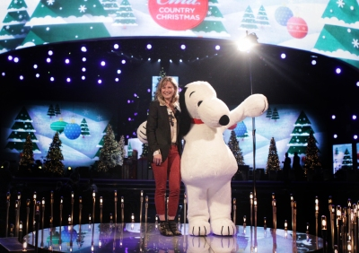 Jennifer Nettles and Snoopy.